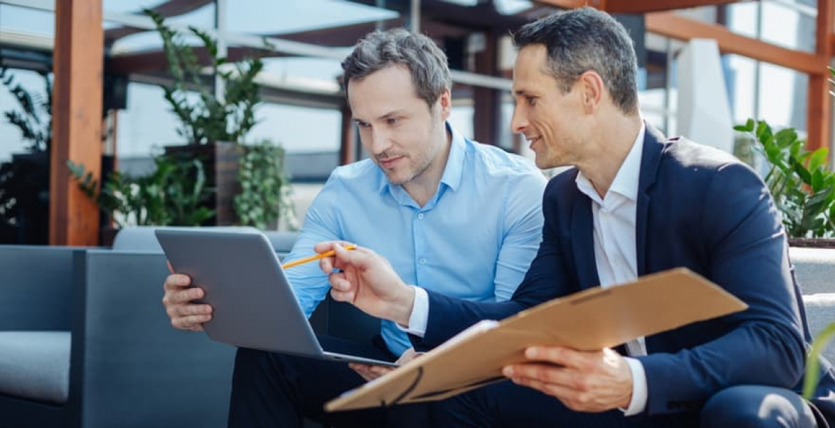 A CEO consulting with a data analyst to seek advice on customer insights.